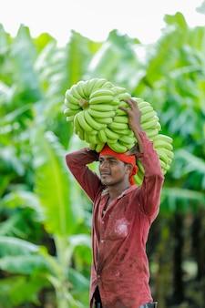 Индийский фермер на банановом поле