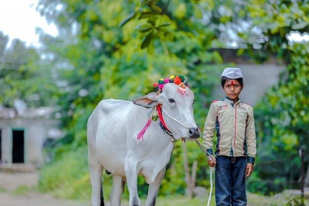 Молодой индийский ребенок празднует праздник пола