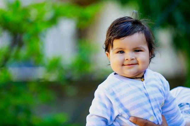 かわいいインドの小さな子供の笑顔