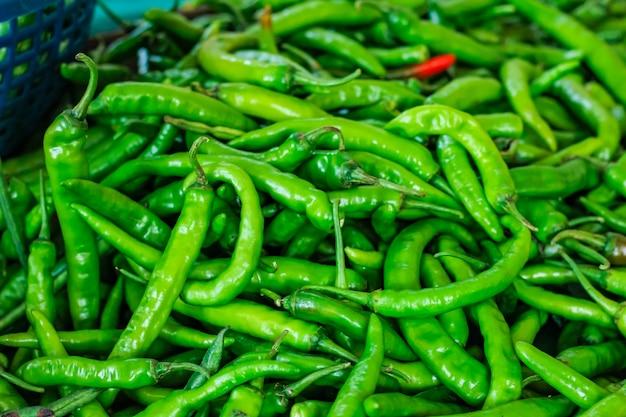 Свежий зеленый перец чили
