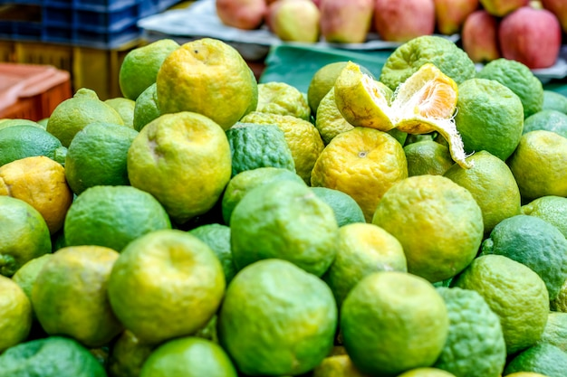 Свежий зеленый оранжевый букет