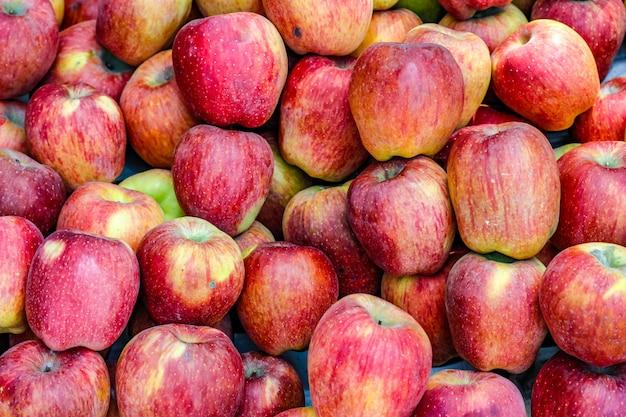 Куча целого спелого яблока на фруктовом рынке
