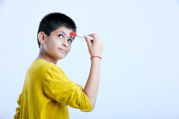 Молодой индийский милый мальчик, думая выражения