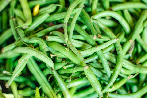 かごの中の新鮮な緑の長い豆の束