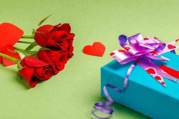 Подарочная коробка, маленькое сердце и красная роза с фоном. день святого валентина