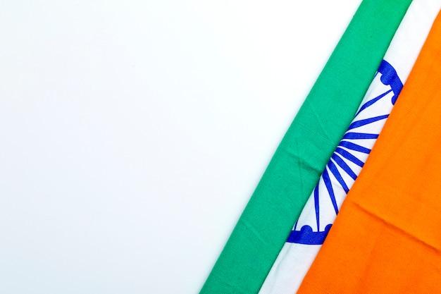 幸せ共和国日インド、白い背景の上の三色旗
