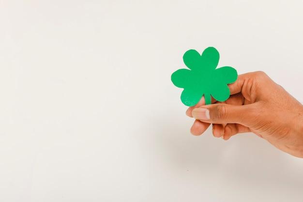 幸せの聖パトリックのクローバーの葉を手に