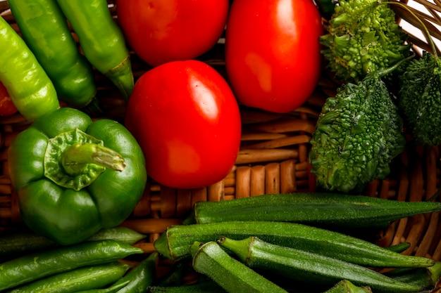 木製バスケットの生野菜