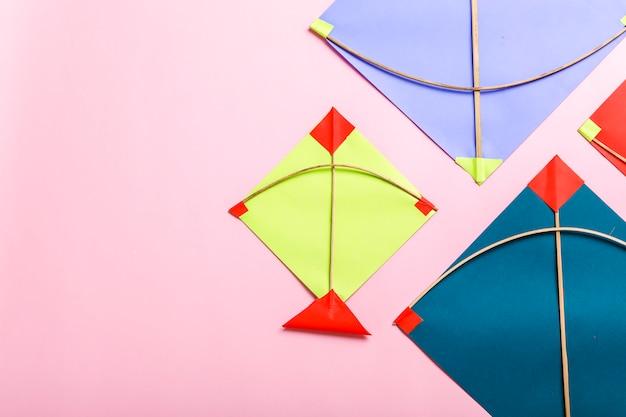 Красочные бумажные воздушные змеи и струны, концепция фестиваля макар санкранти