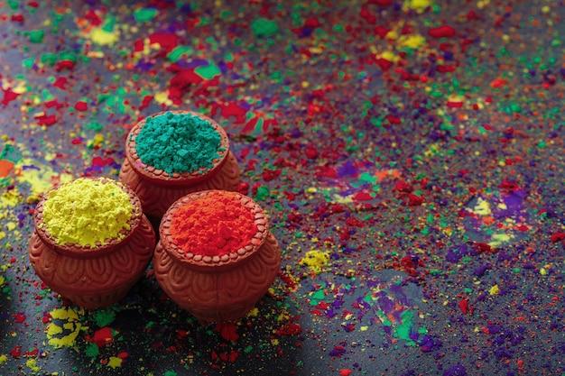 Индийский фестиваль холи, цвета в деревянной миске