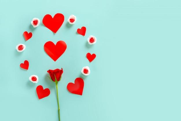 小さな心とコピースペースフレームと赤いバラ。バレンタインデーのコンセプト