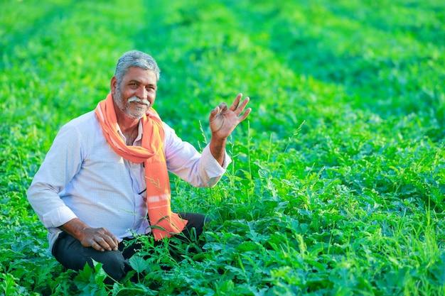 フィールドで若いインド人農家。