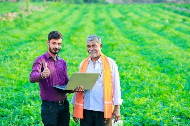 フィールドで農民とインドの農学者