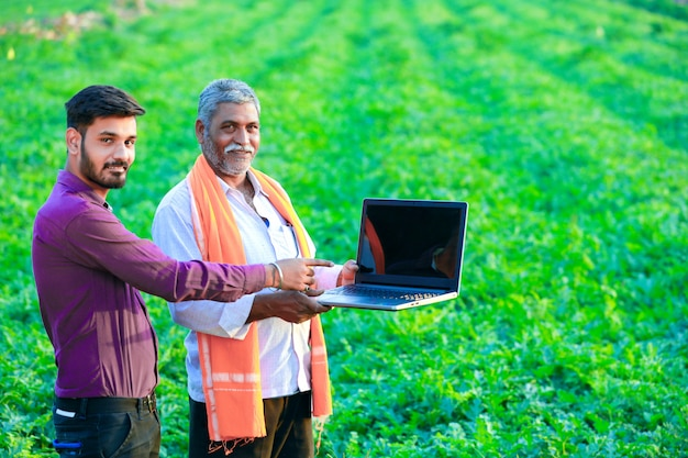 Индийский агроном с фермером на поле