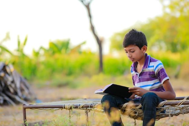 自宅で勉強してかわいいインドの子