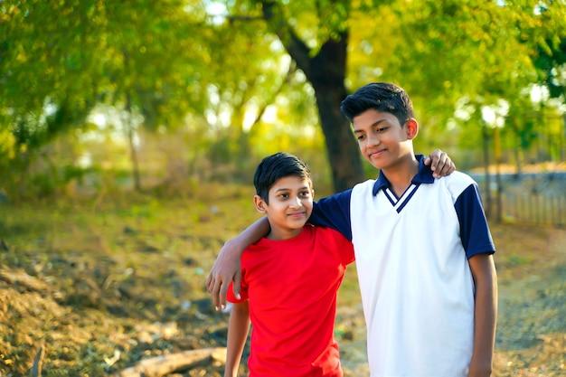 Два маленьких индийских брата гуляя по дороге