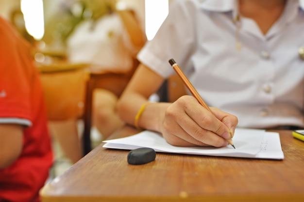筆記試験を受ける学生