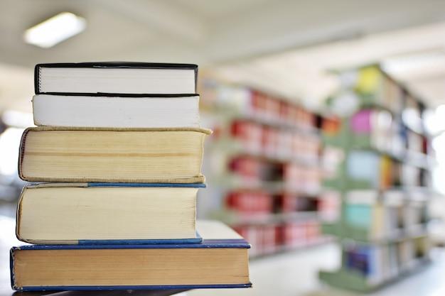 Книги в учебной комнате