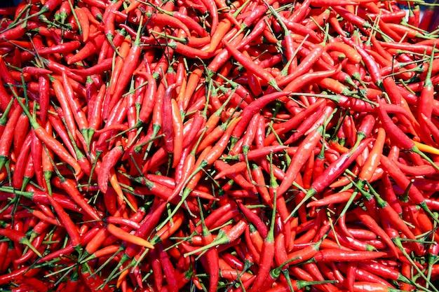 赤の新鮮なチリの山