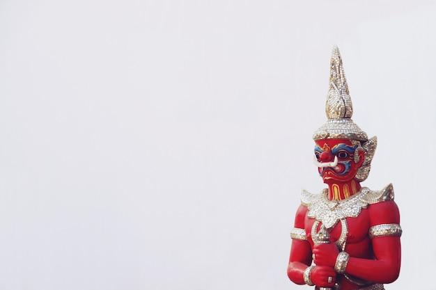 複雑で詳細な巨大な悪魔の守護者像