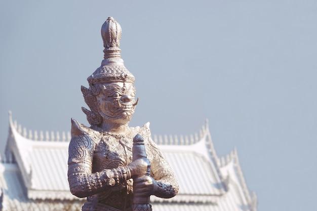 チャチャンソ、タイ複雑に詳細な巨大な悪魔の守護者像