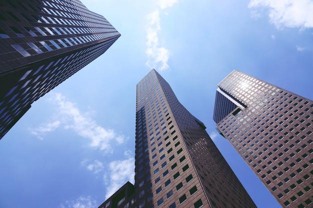 シンガポールのビジネスビルを見上げる