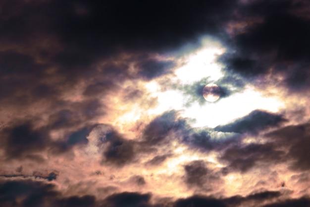 Затуманенное мягкий фокус. закат или восход солнца с облаками, светом и другими атмосферными эффектами.