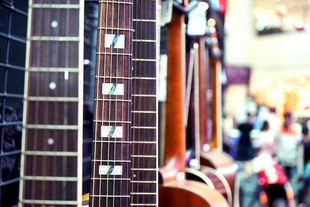 コピースペースのクローズアップとアコースティックギターのクローズアップ