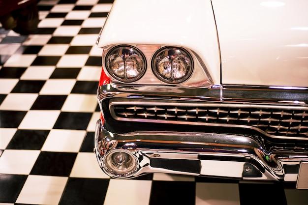 レトロなガレージでヘッドライトランプヴィンテージクラシックレトロ車