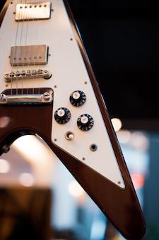 クールなビンテージレトロなギタースタイルをクローズアップ