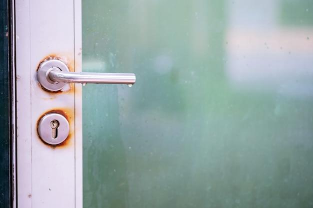 古いラッチハンドル付きドアをクローズアップ