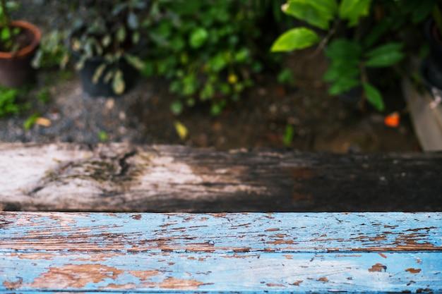 庭の背景のぼかしの木製テーブル