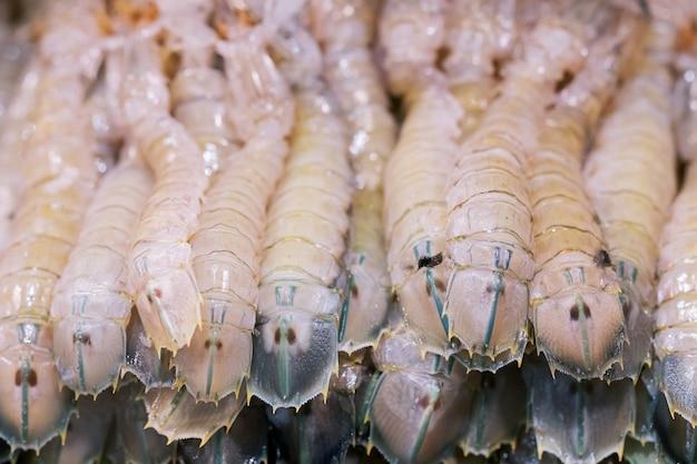 生の新鮮なカマキリのグループエビシーフード、タイの屋台市場