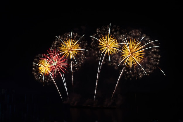 Затуманенное новый год красочный фейерверк на черном небе праздник