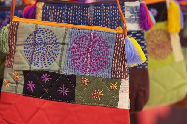 伝統的なパターンデザインの手芸刺繍バッグのクローズアップ