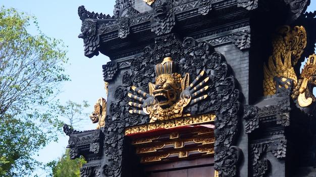 バリ寺院の門の守護像の写真