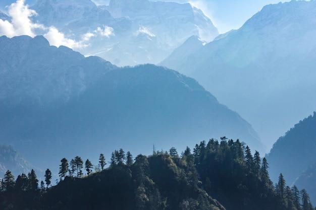 Взгляд манаслу от следа вокруг аннапурны в непале.
