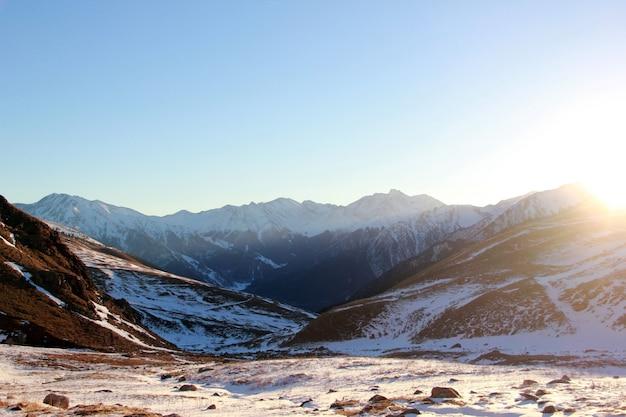 ロシアのコーカサスの雄大な山の頂上