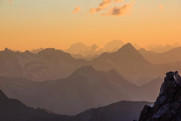 日没時の雄大な山々