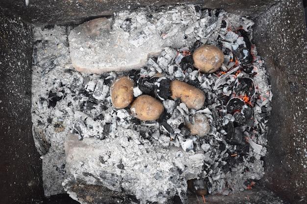 キャンプランチの炭のポテト