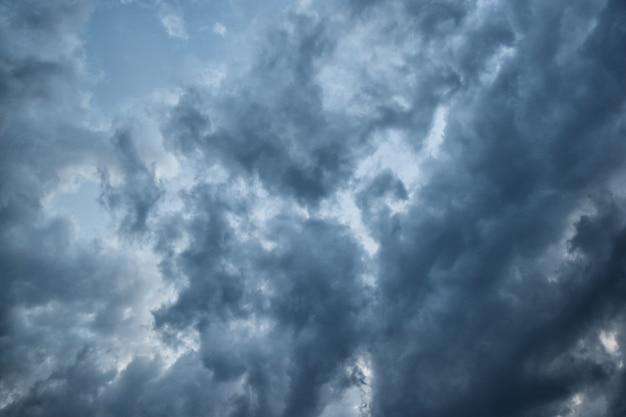雷雨の前の空雲