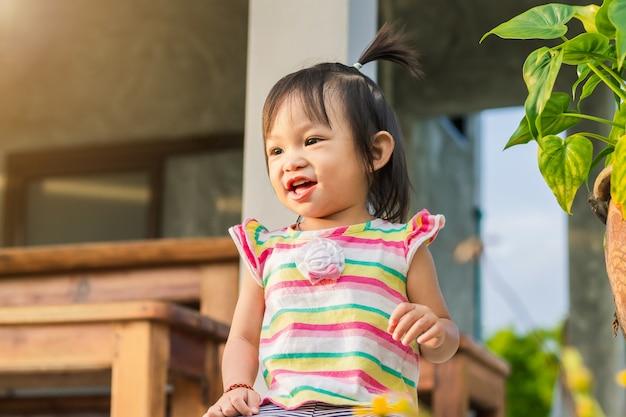 Счастливая азиатская девушка ребенка