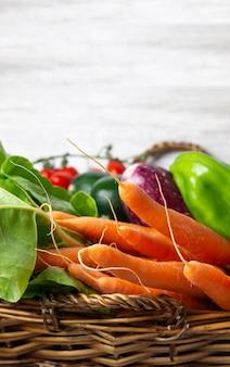 Корзина свежих овощей с белым фоном и место для вашего текста