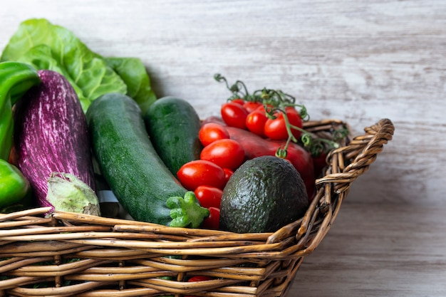 夏の新鮮な野菜の健康的な食事と枝編み細工品バスケット