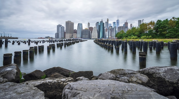 ブルックリン曇りの日から見たマンハッタンのスカイライン