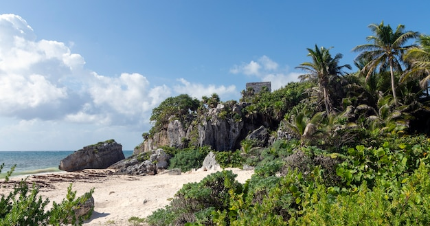 白い砂浜とメキシコのトゥルムで透き通った青いカリブ海が出会う