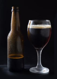 黒のラベルのない黒のクラフトビール