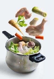 チキンストックと空飛ぶ野菜が入ったエクスプレスポット