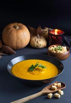 かぼちゃのクリームは、素朴な雰囲気の黒いプレートで提供しています。