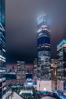 夜のマンハッタンの高層ビル